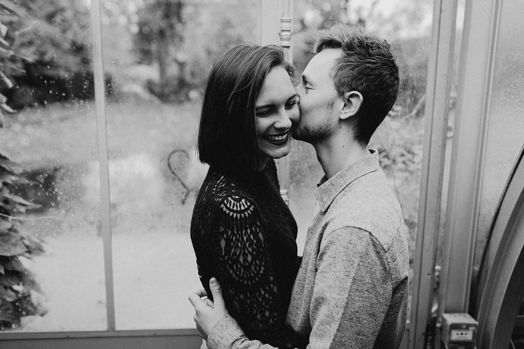 séance couple bisous futurs mariés noir et blanc pluie serre