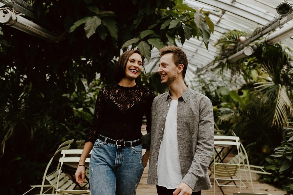 séance couple ambiance botanique ballade futurs mariés serre tropicale