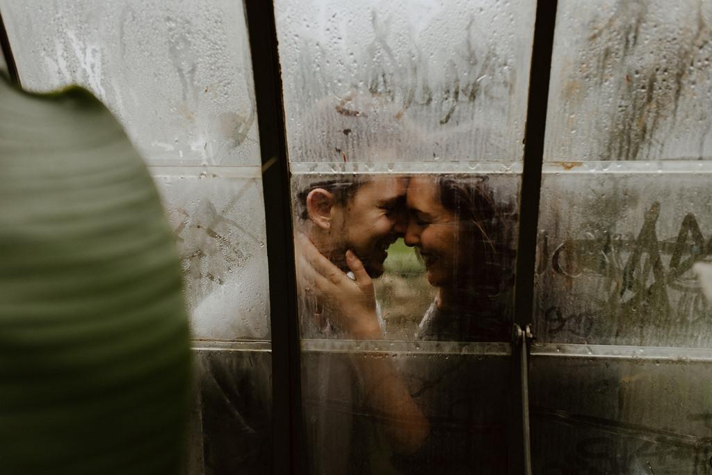 séance couple photo fenêtre buée futurs mariés bisous noir et blanc