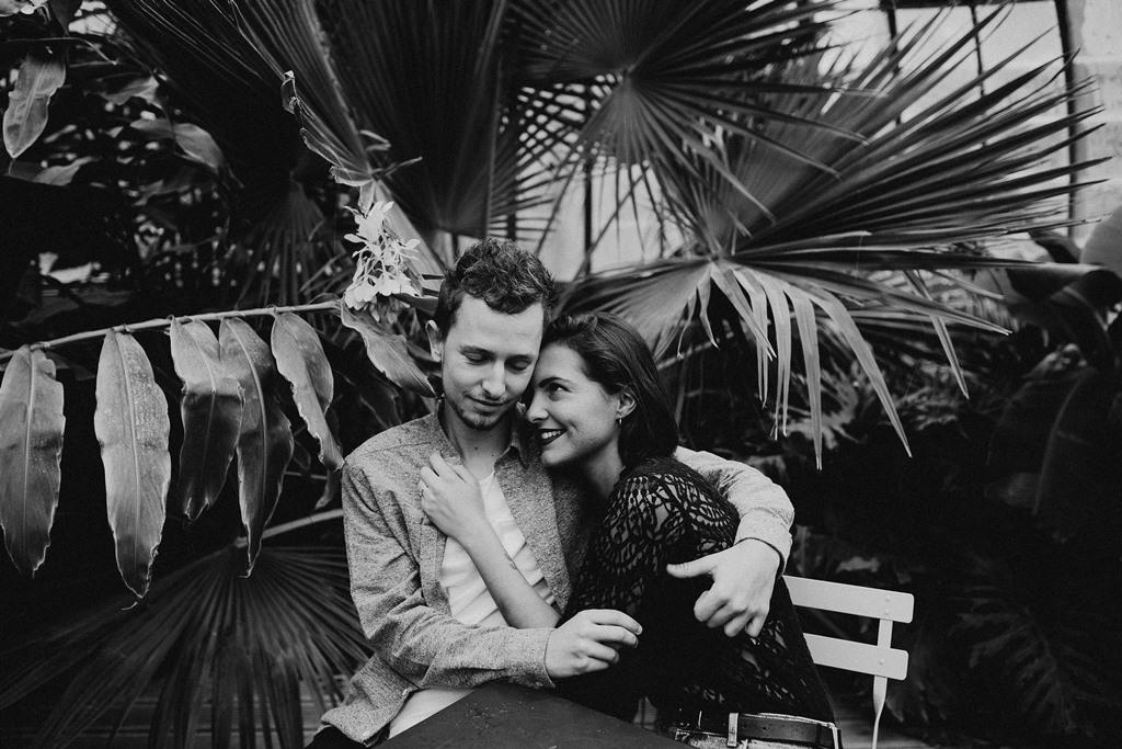 séance engagement Nantes couple serre plantes noir et blanc