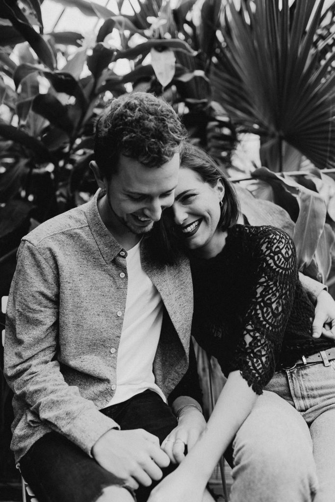 séance engagement Nantes couple portrait rires noir et blanc