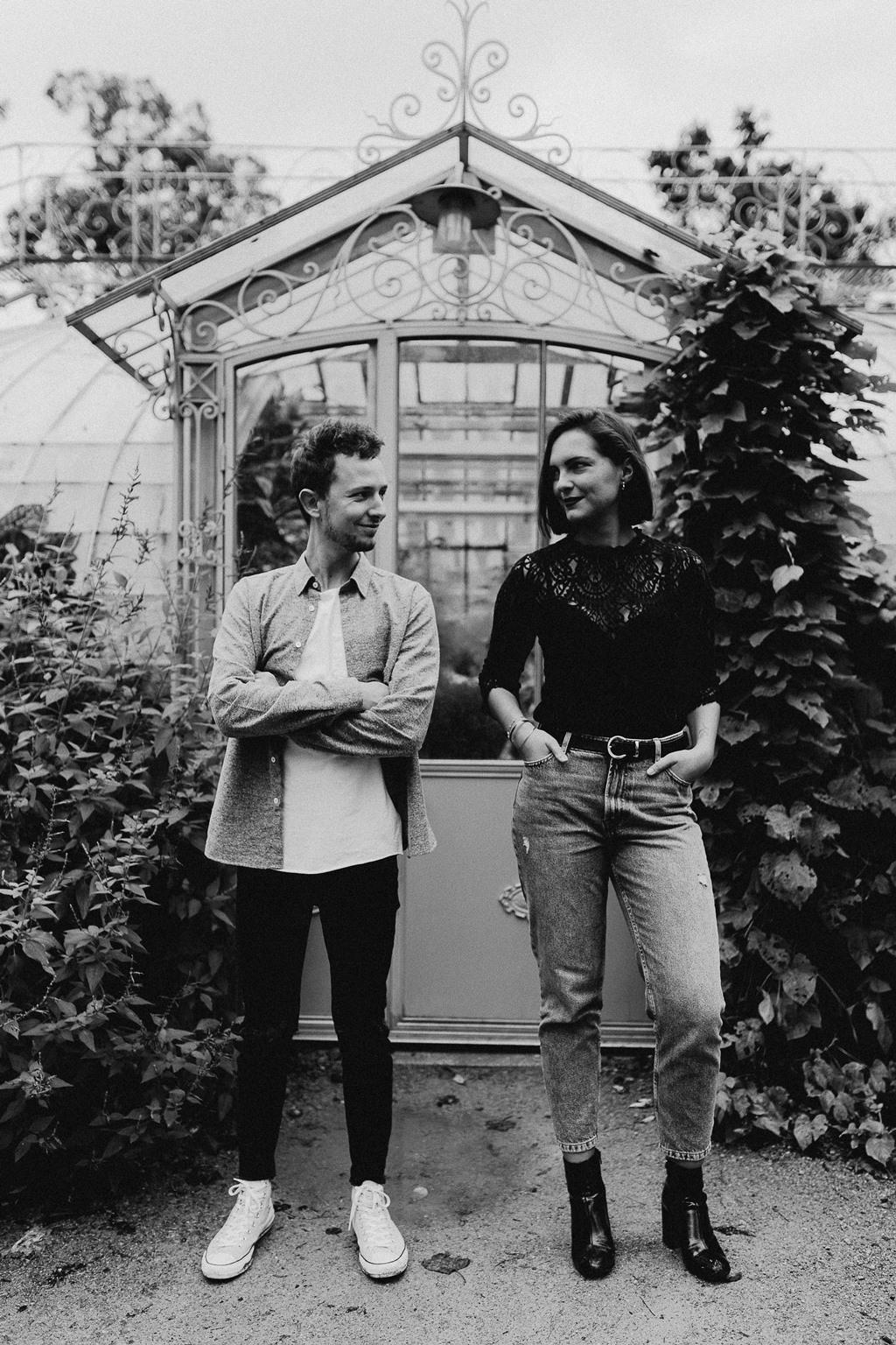 séance engagement Nantes couple portrait serre jardin des plantes noir et blanc