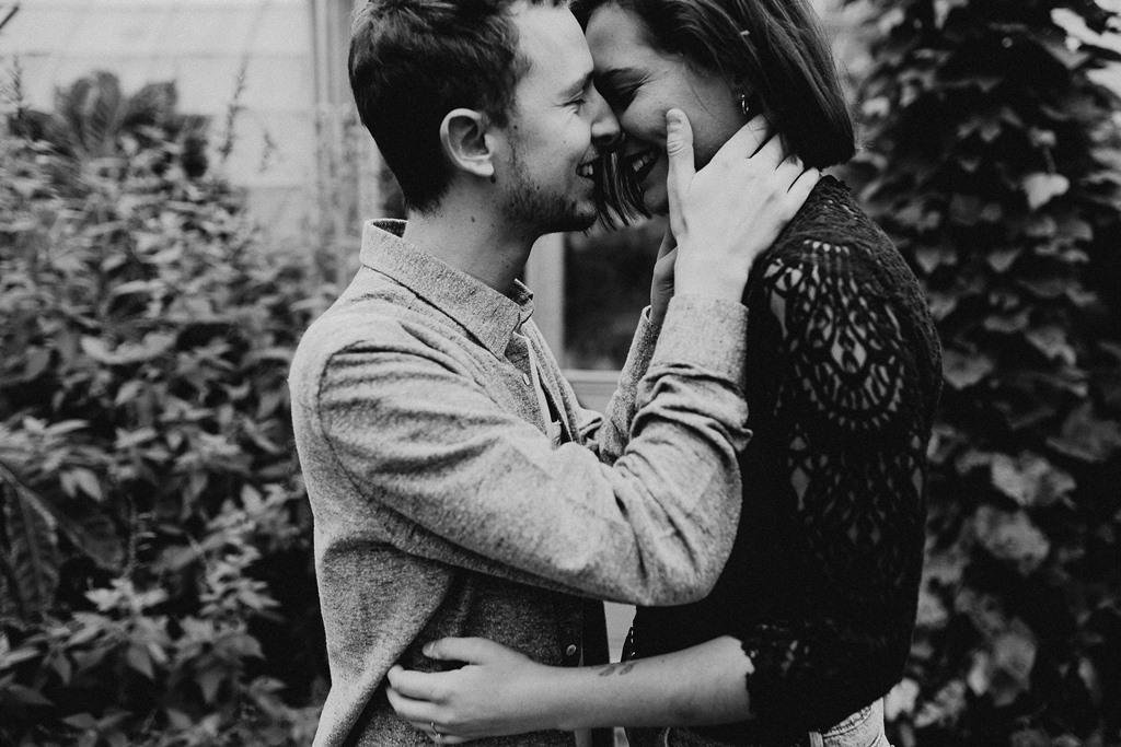 séance engagement Nantes couple bisou rires noir et blanc