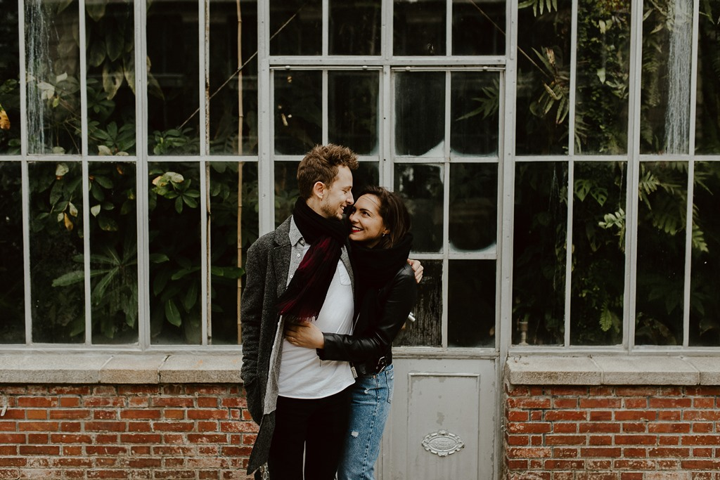séance engagement Nantes couple câlin serre plantes