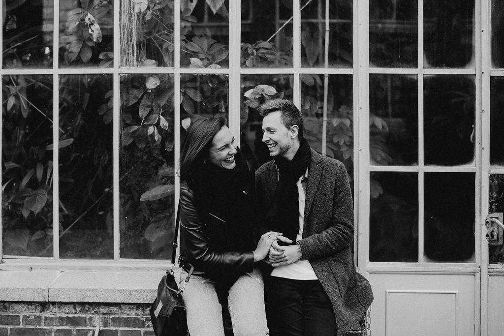 séance engagement Nantes couple rires serre noir et blanc