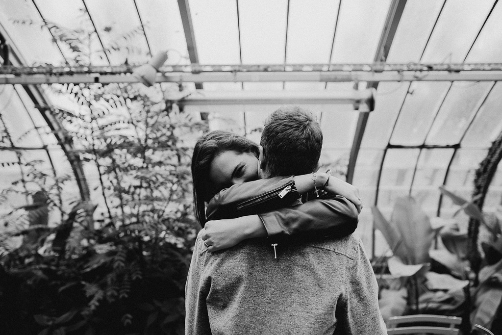 séance couple ambiance botanique câlin futurs mariés noir et blanc plantes