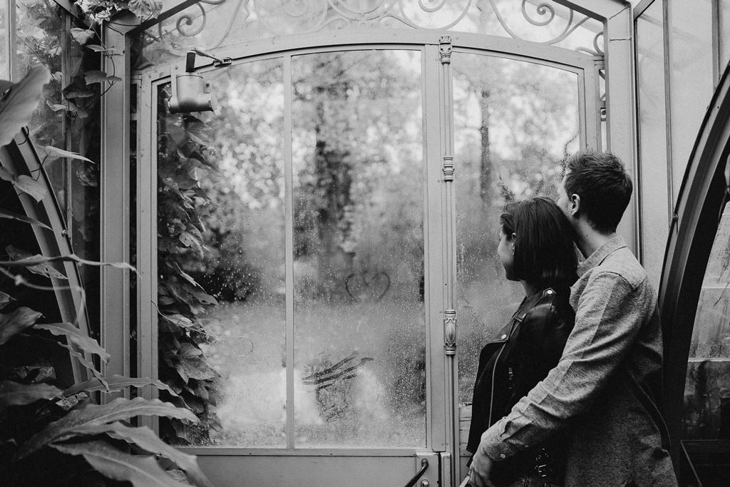 séance couple ambiance botanique câlin noir et blanc porte serre buée