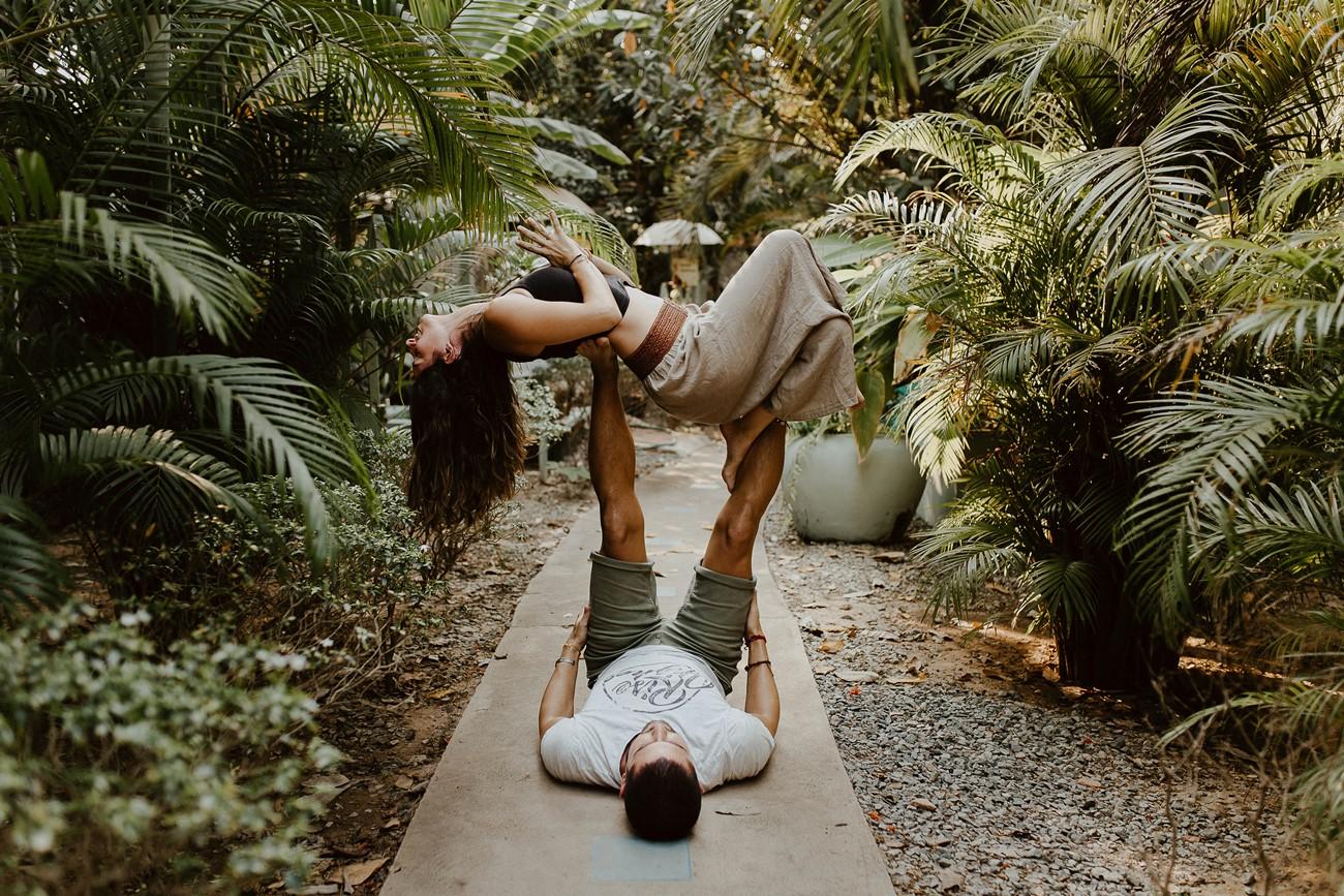 séance accro yoga couple blue indigo Cambodge