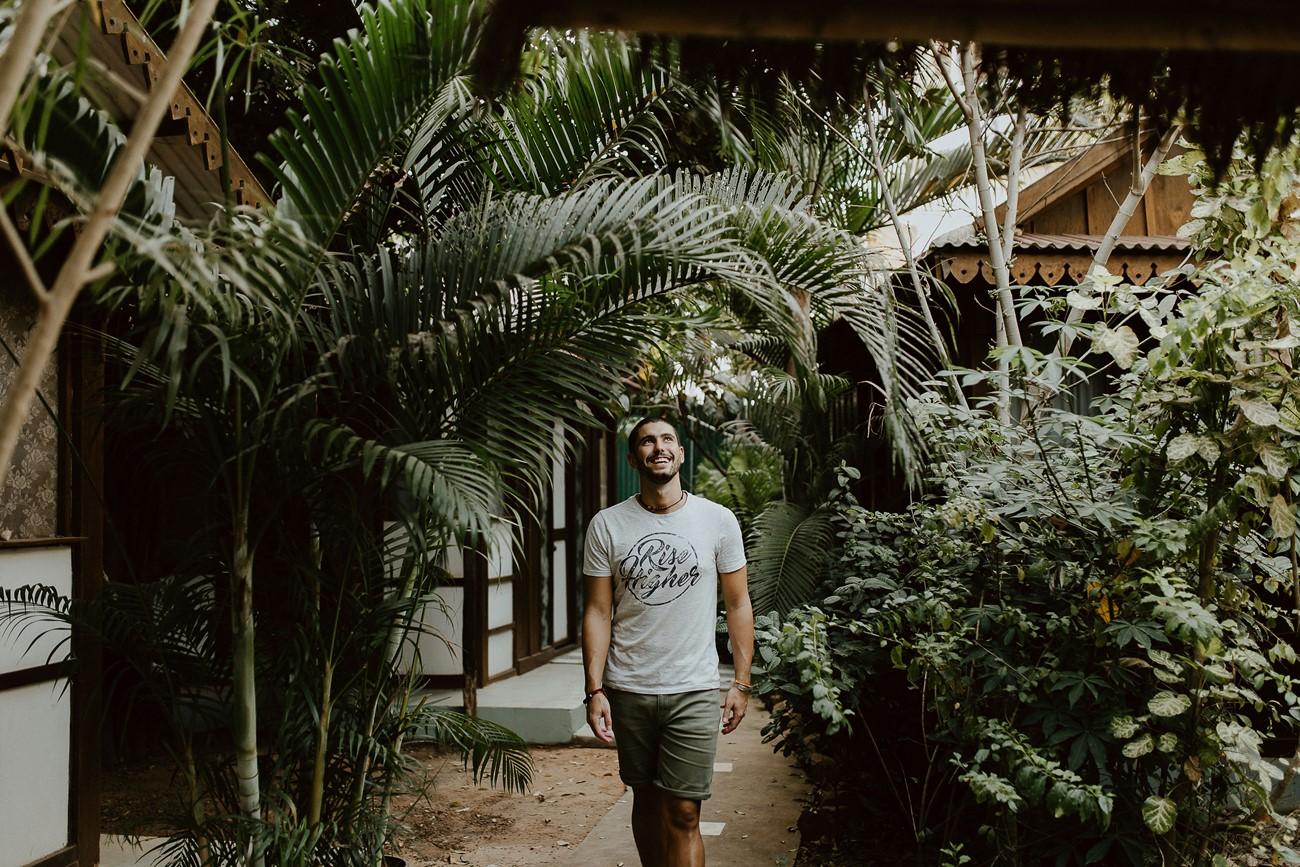 portrait homme centre yoga palmiers vacances