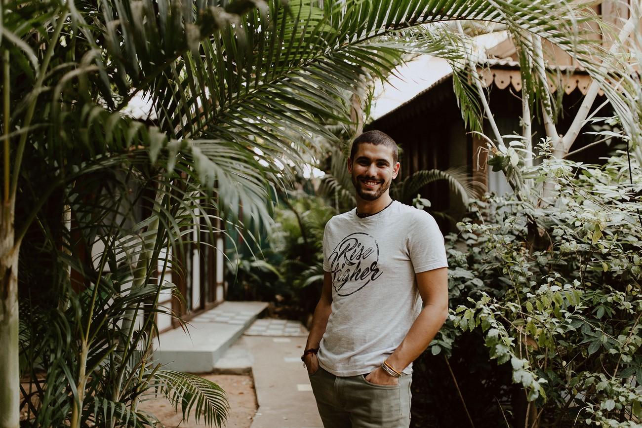portrait homme sourire centre yoga nature