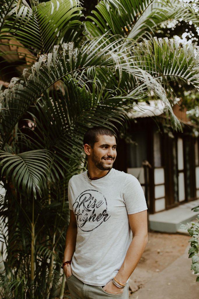portrait homme sourire palmiers