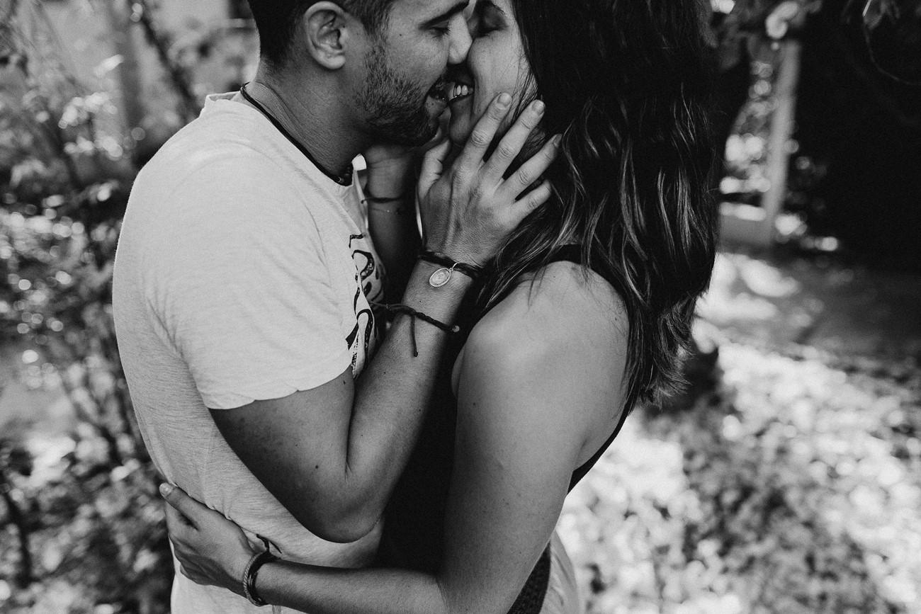séance couple baiser noir et blanc passion