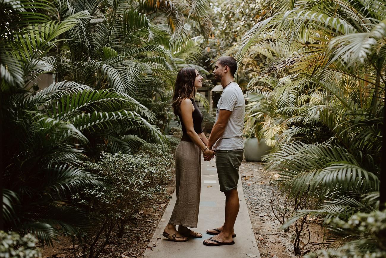 amoureux regards mains dans la mains palmiers nature