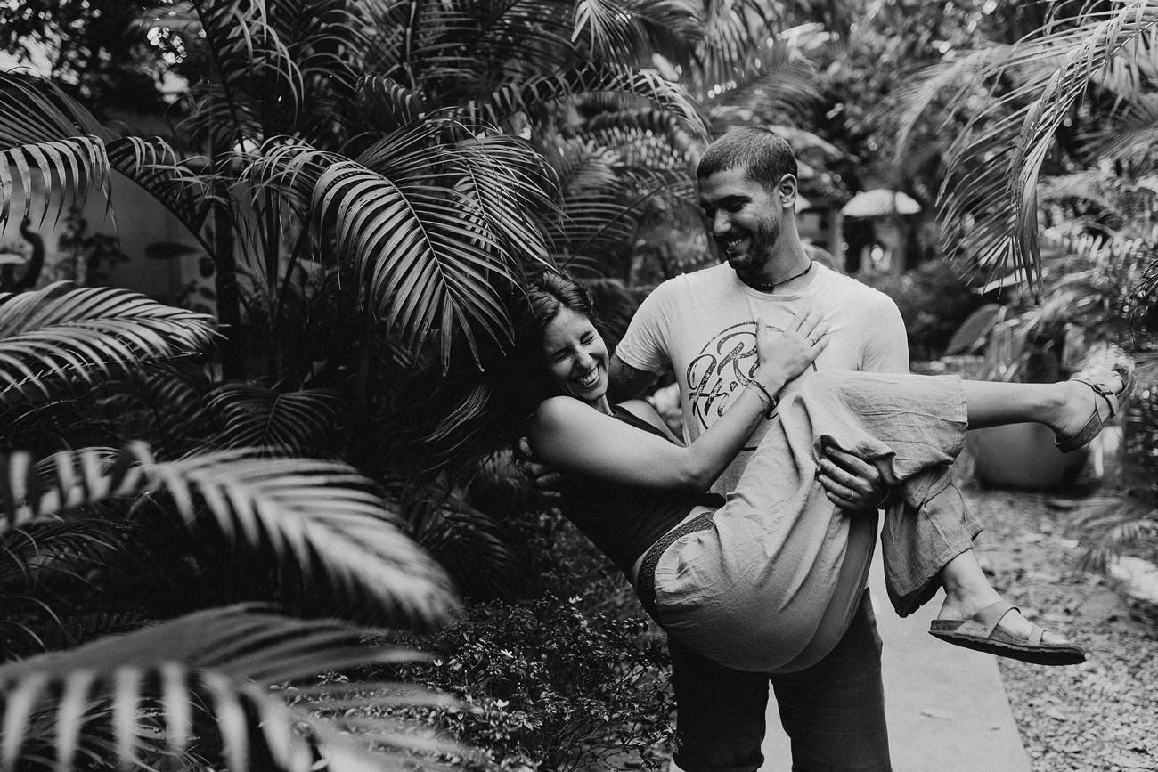 séance couple rires jeu bonne humeur joie noir et blanc