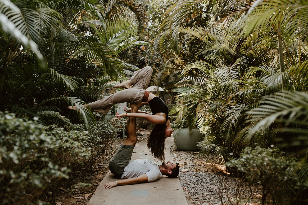 blue indigo siemp reap cambodge accro yoga couple nature