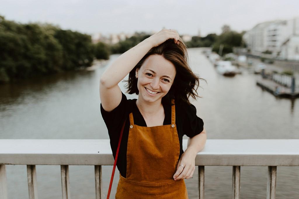 photo portrait femme souriante ville pont eau