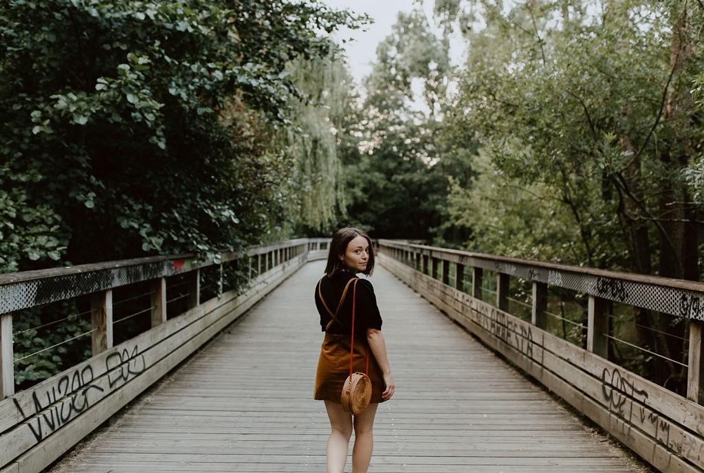 photo femme ponton bois nature