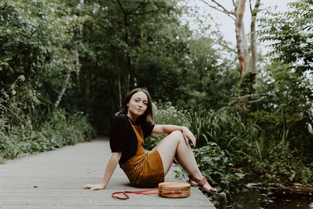 photo femme ponton nature sac à main