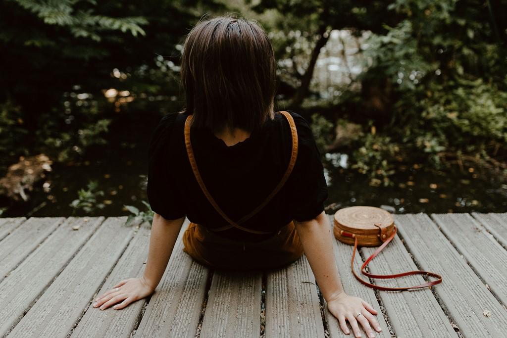 photo femme de dos nature ponton en bois