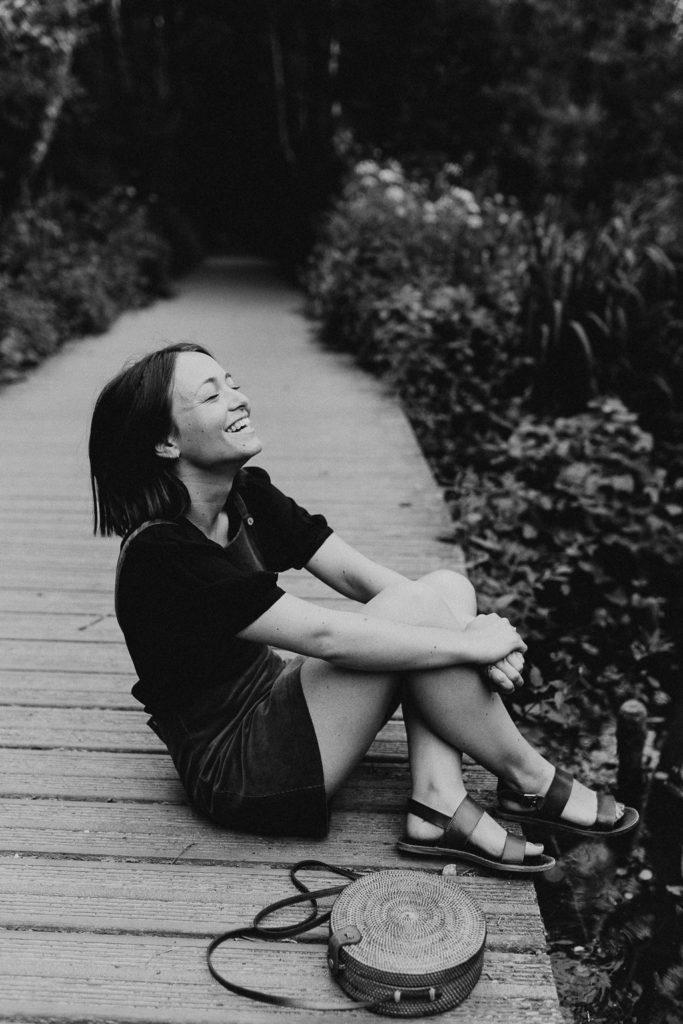 portrait noir et blanc femme sourire nature