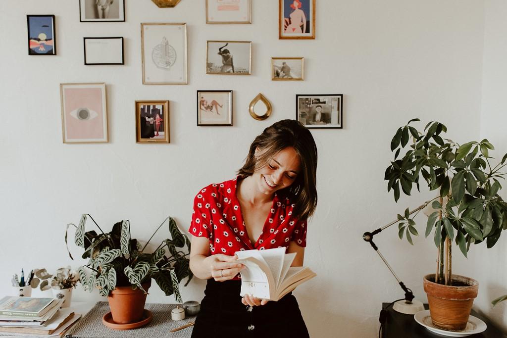 photo femme maison livre mur cadres