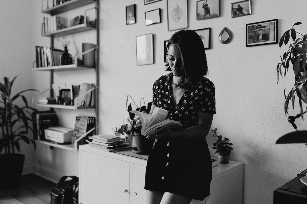 photo femme noir et blanc livre