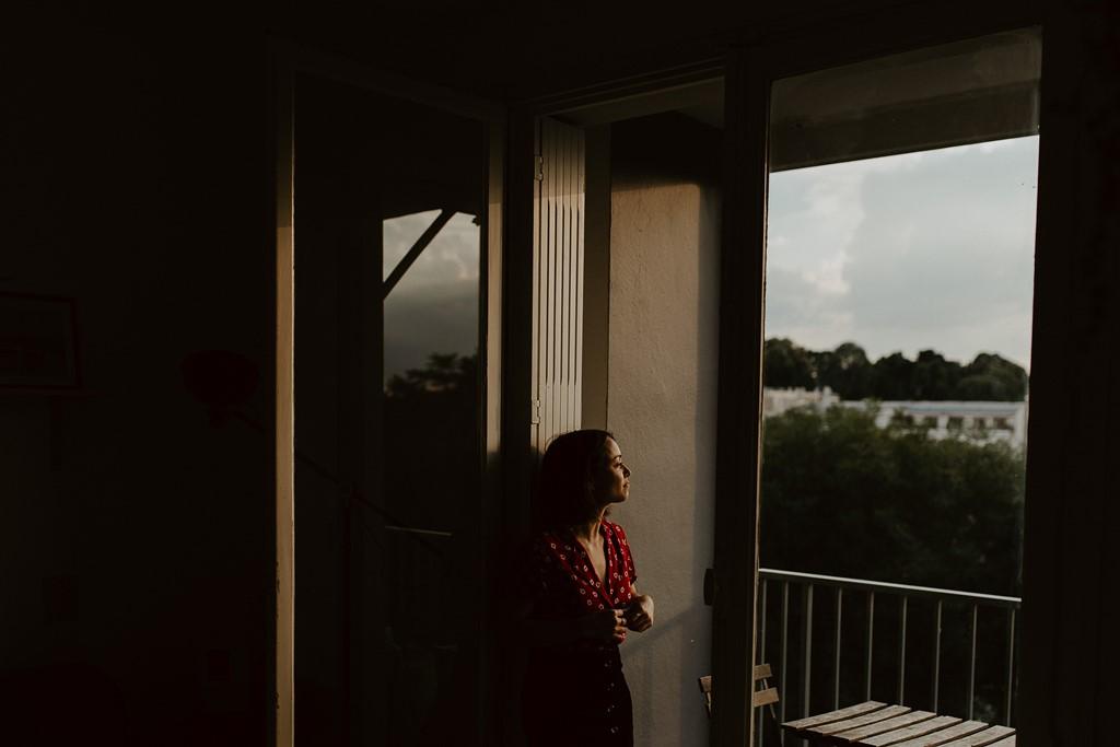 portrait femme fenêtre balcon lumière du soir ombres et lumière