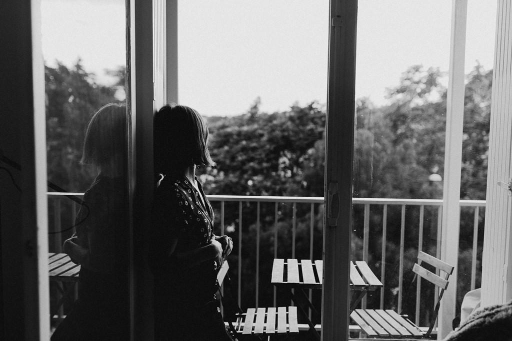 portrait femme balcon noir et blanc