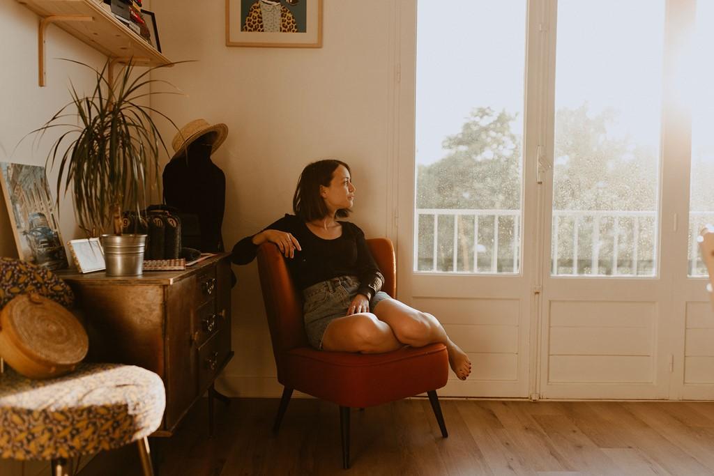 portrait femme lifestyle intérieur lumière fenêtre