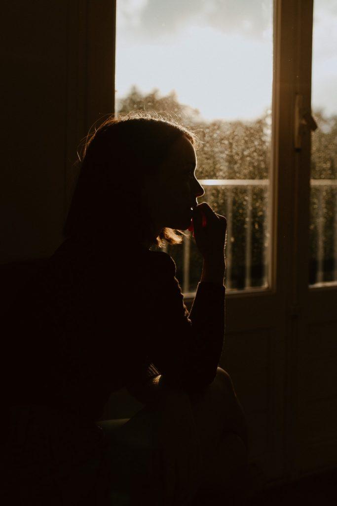 portrait femme fenêtre ombre et lumière