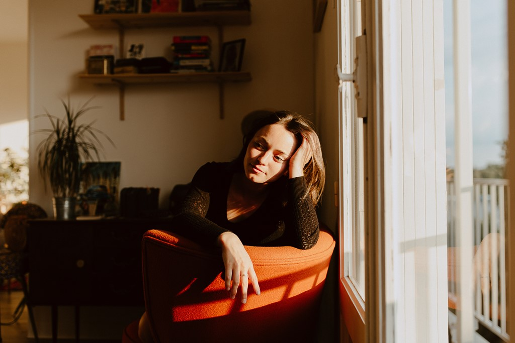 séance photo portrait femme intérieur fenêtre