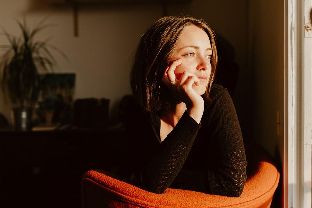 portrait femme fauteuil lumière