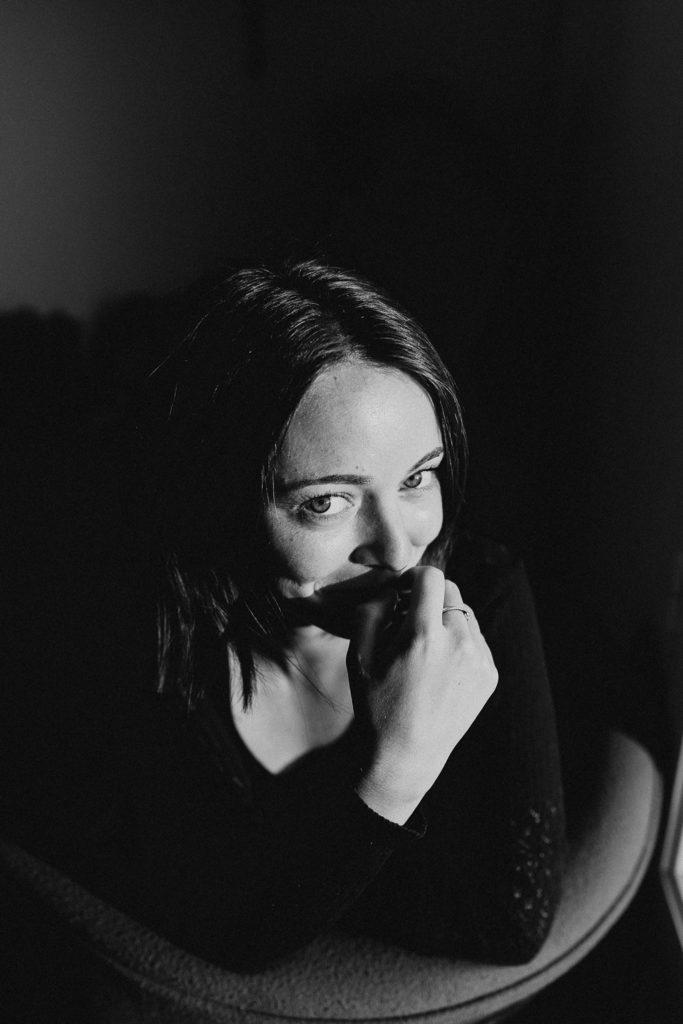 séance photo femme lifestyle portrait noir et blanc