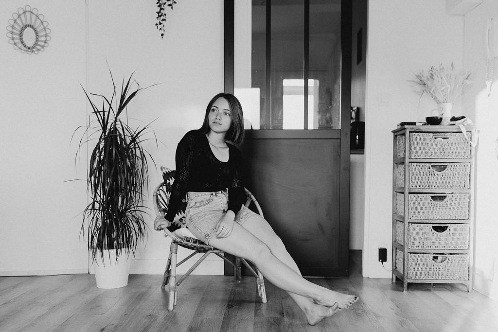 photo femme maison noir et blanc