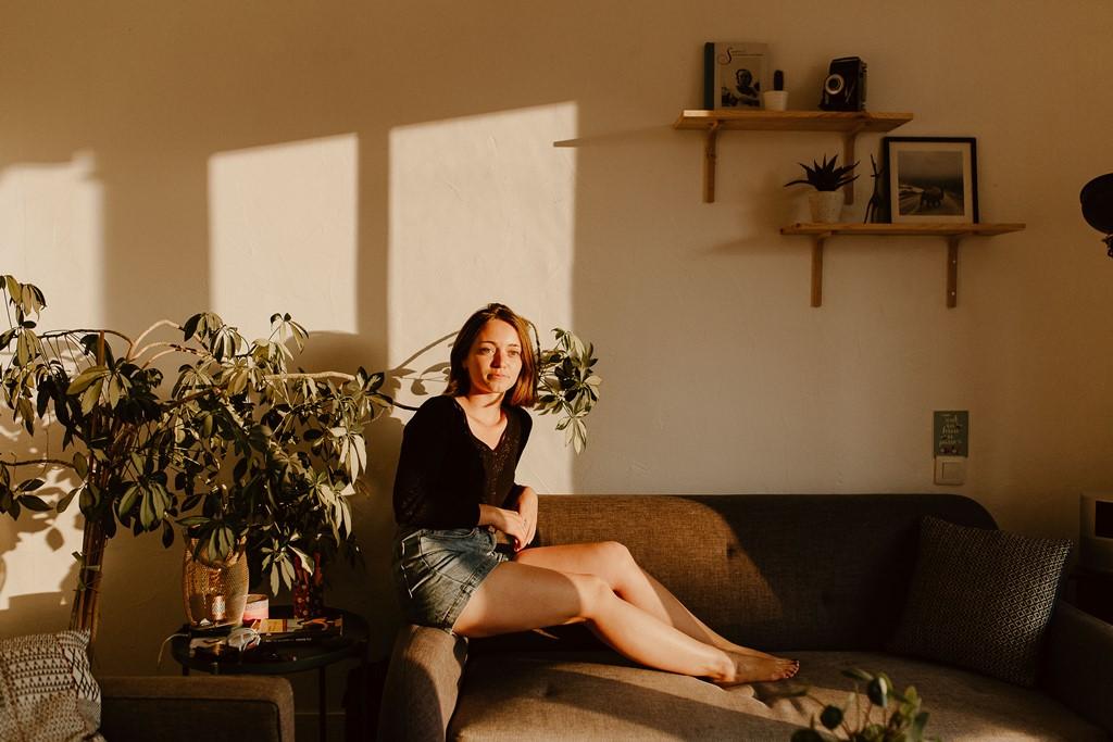 portrait femme lifestyle maison canapé lumière dorée