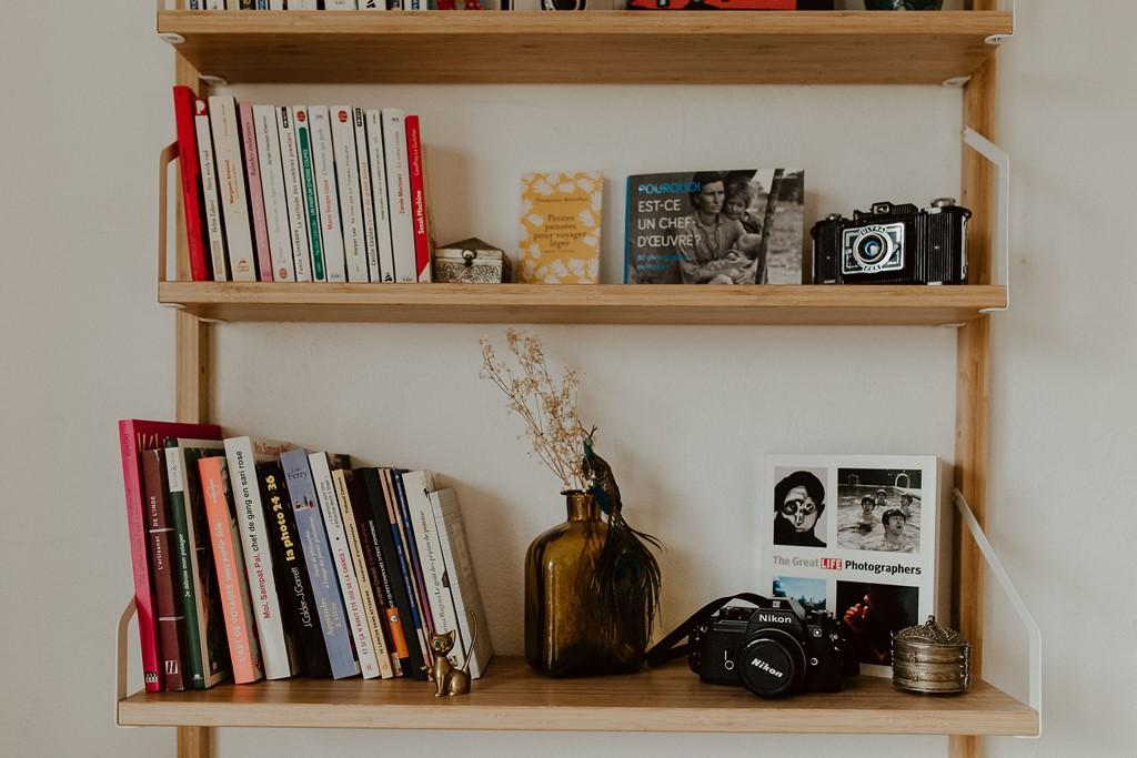 étagère murale livres appareil photo