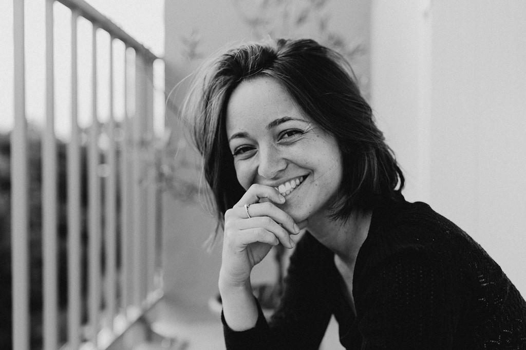 portrait femme balcon sourire noir et blanc