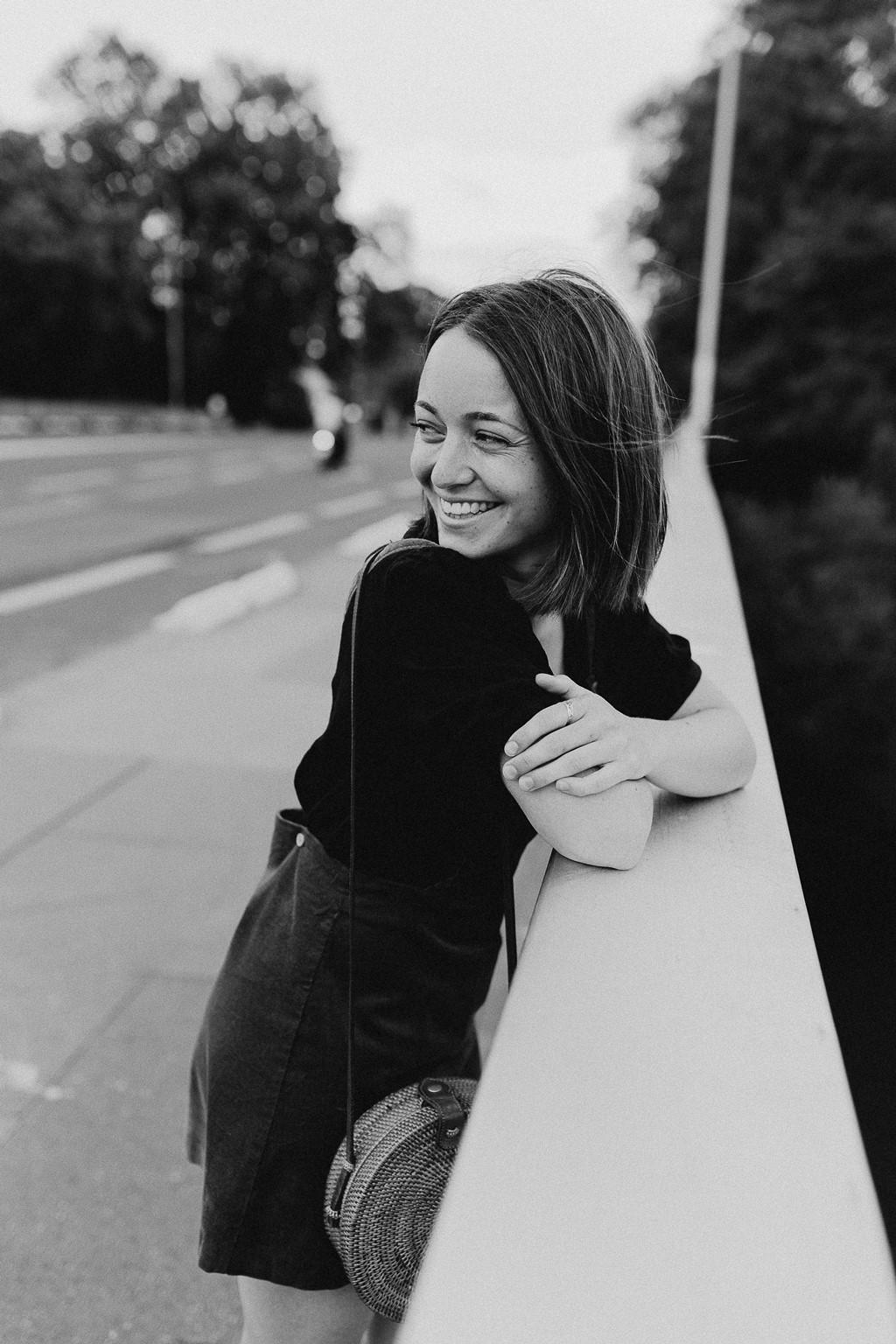 portrait femme souriante rue noir et blanc