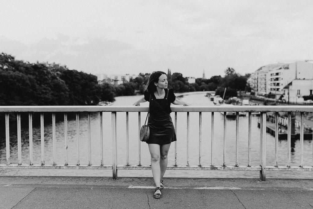photo noir et blanc femme pont eau ville