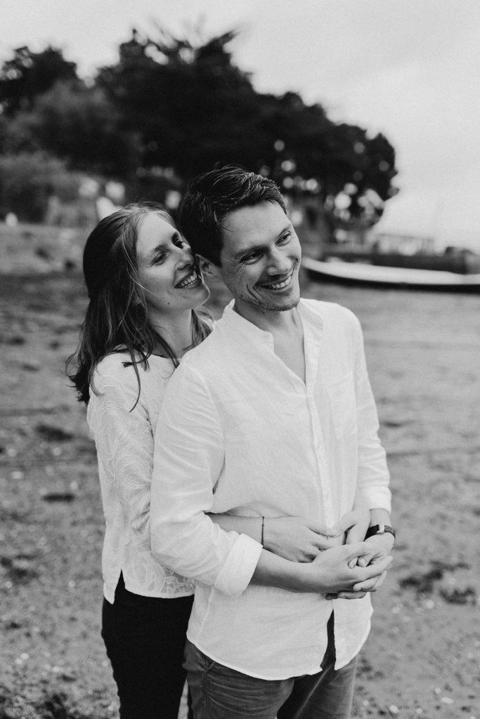 séance photo couple plage pluie rires noir et blanc