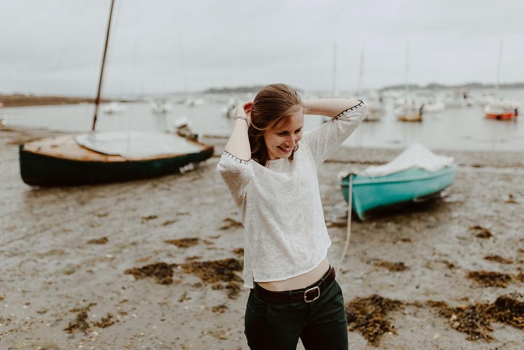 portrait femme plage Sarzeau bâteaux mer ciel gris