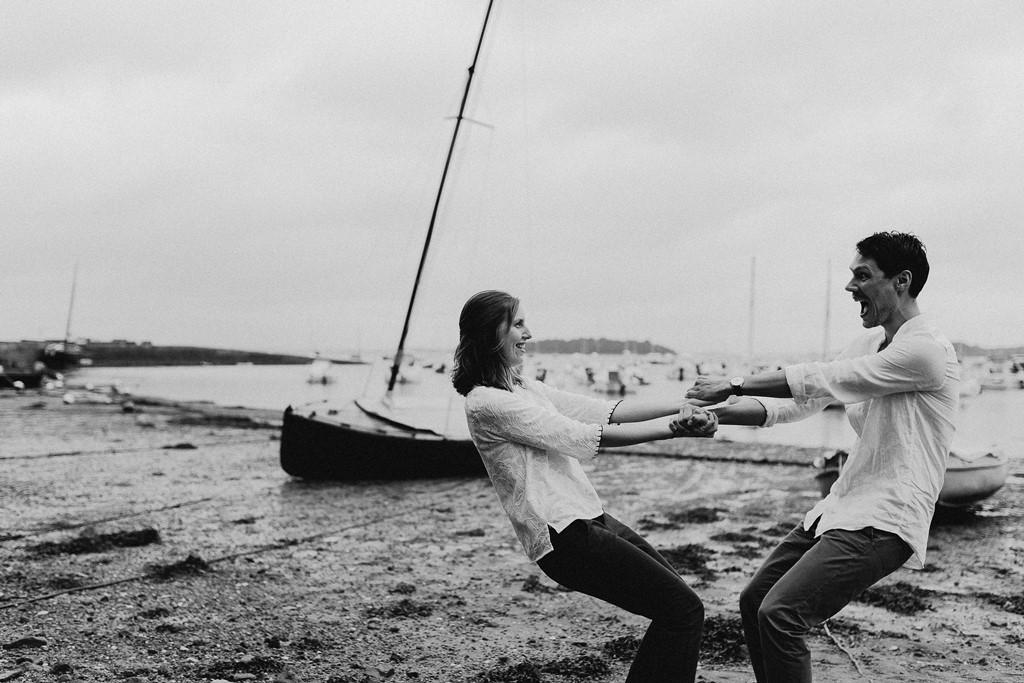 photo couple plage jeu complicité rires noir et blanc