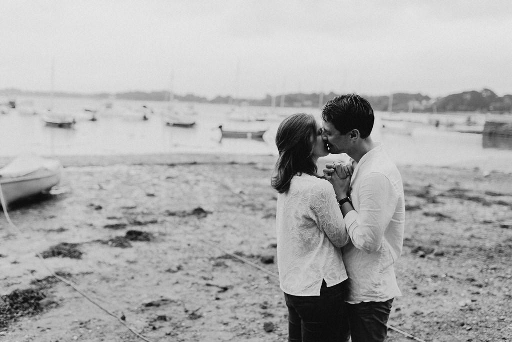 photo amoureux bisou bratgne mer plage bâteaux noir et blanc