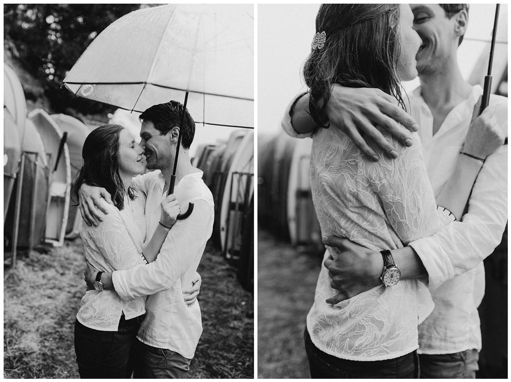 photo engagement couple câlin noir et blanc