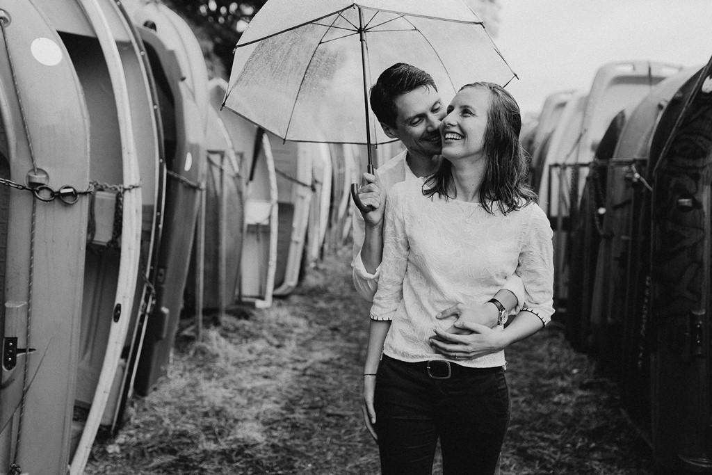portrait couple noir et blanc parapluie câlin rires bateaux