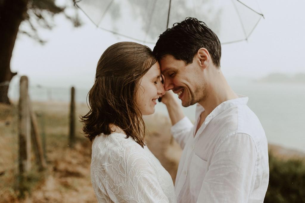 photo couple câlin parapluie ciel gris