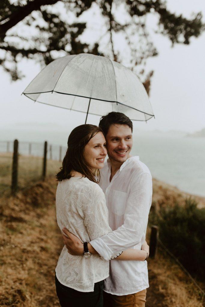 portrait amoureux plage Sarzeau pluie ciel gris parapluie