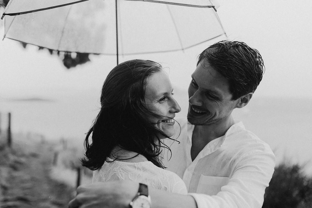 photo couple plage pluie noir et balnc complicité