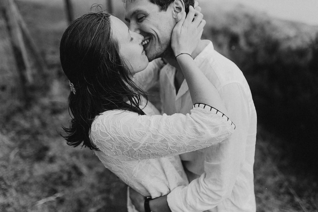 photo amoureux passion bisou rires complicité noir et blanc