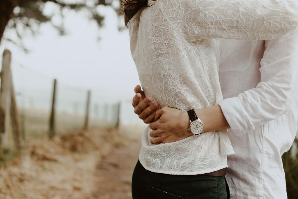détails mains homme câlin couple plage